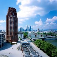 Von Prof. Hans Kollhoff erbauter auf oktogonalem Grundriss basierender 90 Meter hoher Hotelturm