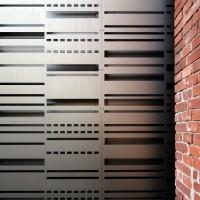 Fabrikbacksteinmauer trifft auf ornamental gestanzte und eloxierte Aluminiumfassade bei den Seilerhöfen in der Köln-Mülheimer Schanzenstraße