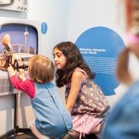 Kinder erforschen das Schlauspielhaus, die Technik-orientierte Erlebnisausstellung in der Dependance des Deutschen Museums in Bonn