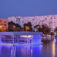 Vierseitig verglaster Zeltkubus auf einem Schwimmponton im Hafen von Zadar