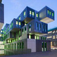 Ansicht von Osten auf das neue Studierenden Service Center der Uni Köln. Rechts das von Adolf Abel entworfene Hauptgebäude aus dem Jahr 1932.