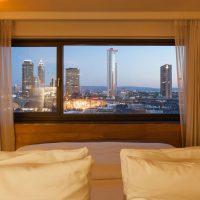 Grandiose Skyline zu jeder Tages und Nachtzeit bieten die Executive Zimmer des Wyndham Grand in Frankfurt