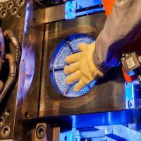 Wartungsarbeiten mit hocheffektiven Wärmeschutzhandschuhen am beheizten Werkzeug eines Extruders